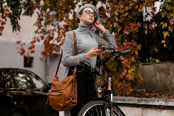 그녀의 자전거 옆에 걷는 여자