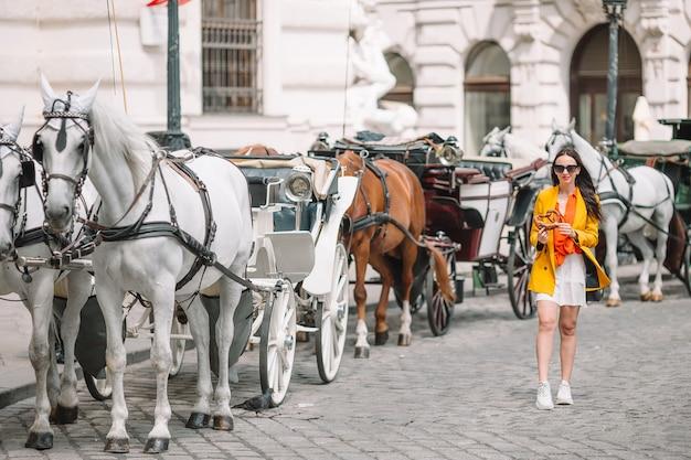 Женщина, идущая рядом с лошадиной