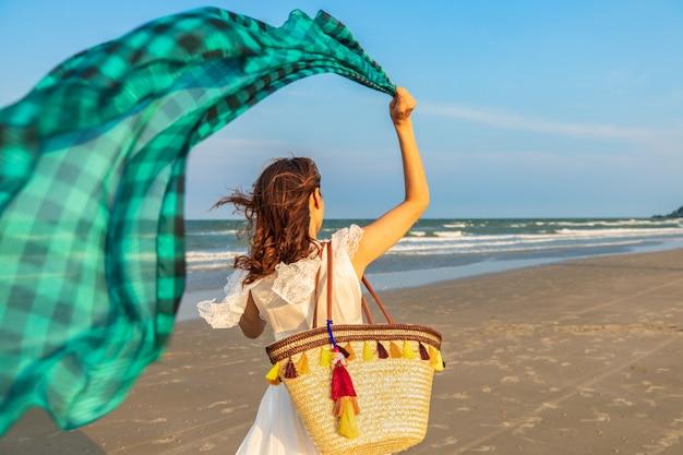 Гулять женщины пляжа