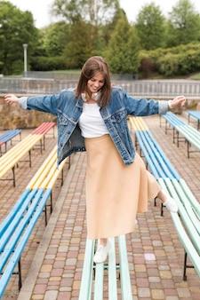 Женщина гуляет на скамейках