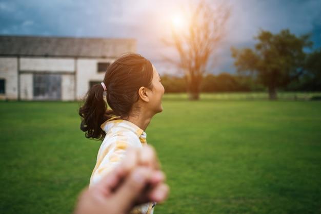 Женщина, ходить на романтические счастливые праздники, проведение рука друга после ее