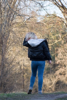 春の森を歩く女性