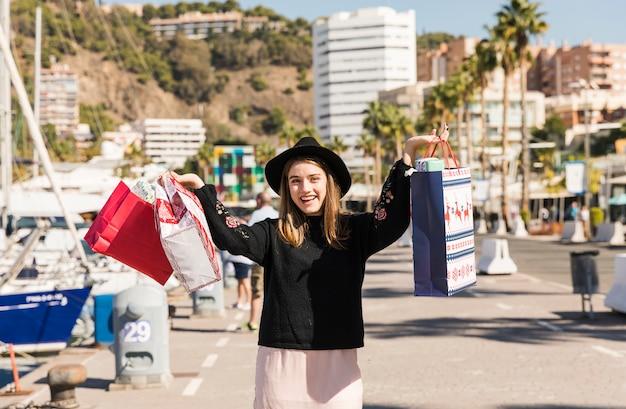 Женщина, ходить по улице с сумок
