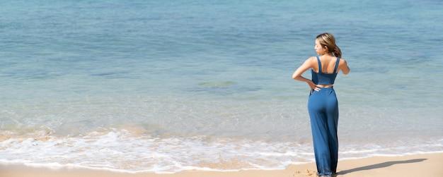 一人でビーチを歩いている女性。ビーチの夏休み。