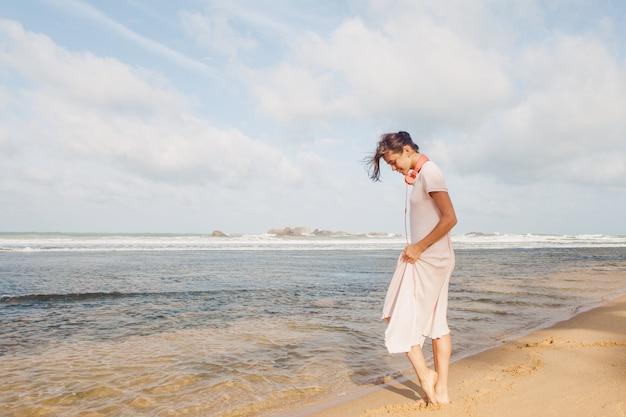 해변에 산책하는 여자