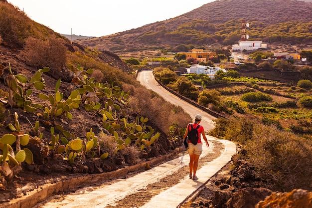 リノザ島モンテネロと呼ばれる火山の小道を歩いている女性。シチリア。イタリア