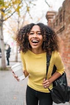 通りを歩く女性