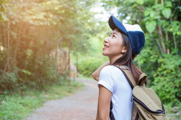 歩道を歩いている女性
