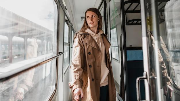 電車の廊下を歩く女性
