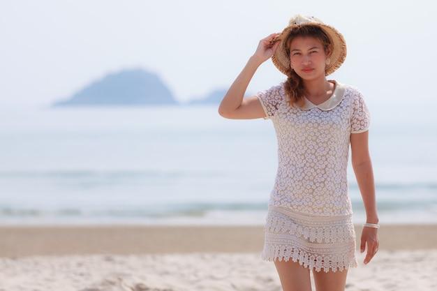 Женщина, идущая на тропическом пляже