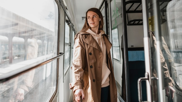 Donna che cammina sul corridoio del treno