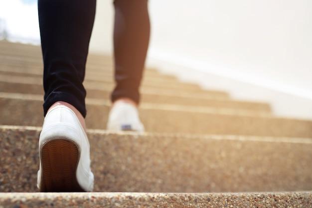 사무실 건물에 계단을 걷는 여자
