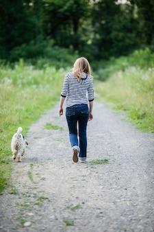 Женщина гуляет с домашним животным