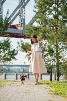 彼女の犬と歩いている女性