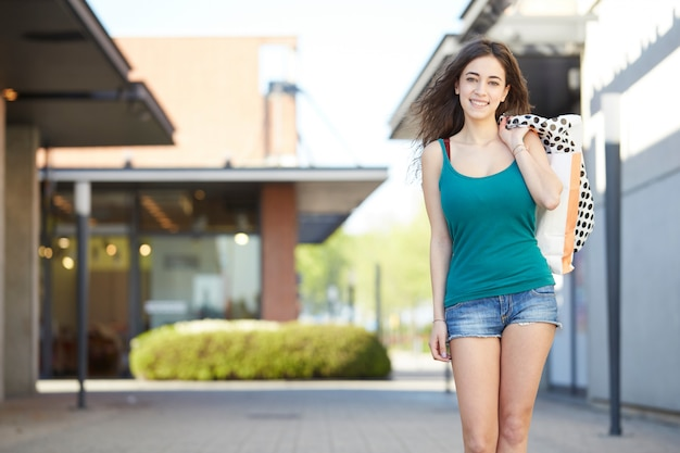 買い物袋と一緒に歩いている女性