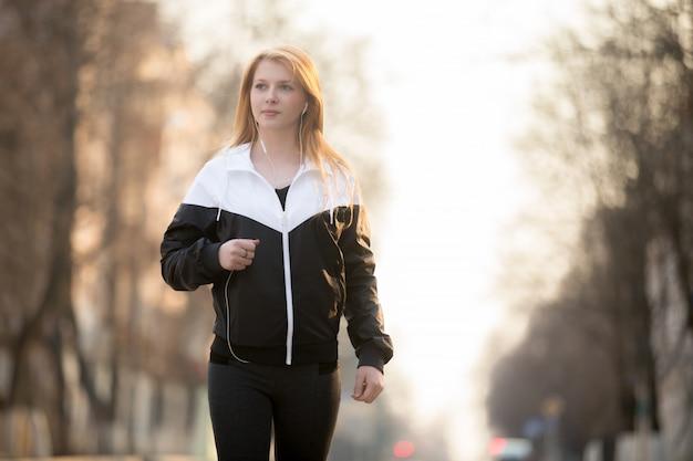 女性の歩行