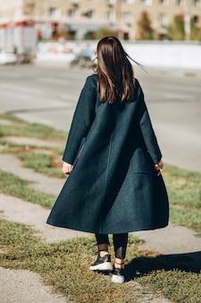 Женщина гуляет по городу в ясный осенний день
