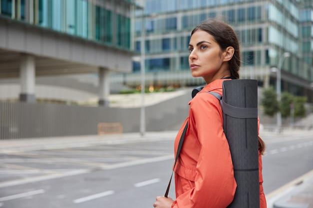 여자 혼자 도시 길을 걷다 야외 훈련을 위해 준비 운동복을 입고 운동 장소를 선택 도시에서 요가