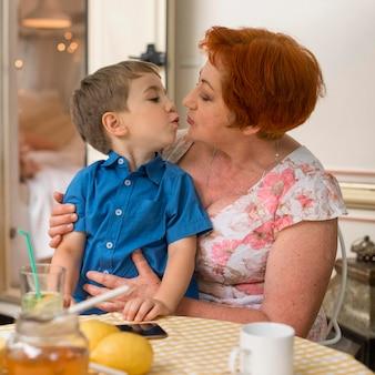 彼女の孫にキスしたい女性