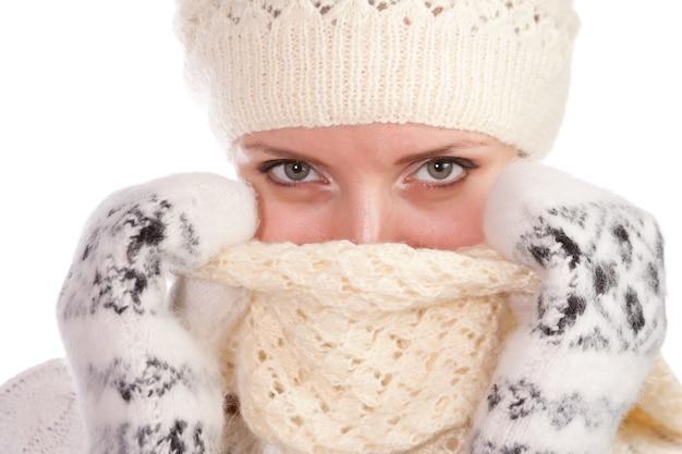 暖かい服を着た女性