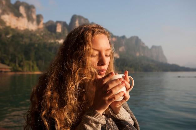 Женщина, теплая в утреннем солнце