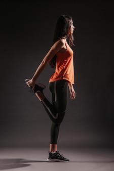 Женщина согревает ноги
