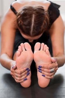 Donna in fase di riscaldamento per esercizi fisici