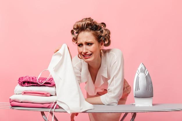 Женщина гладила одежду и сожгла свою любимую белую кофточку