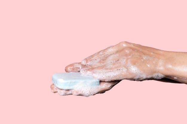 青い石鹸で手を洗う女性