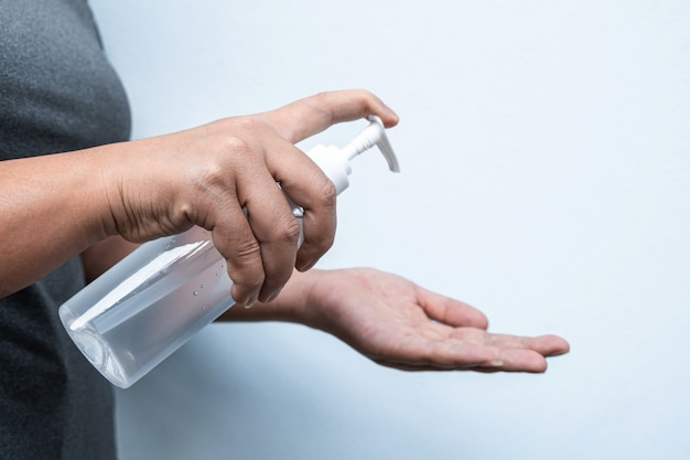 アルコールジェルで手を洗う女性