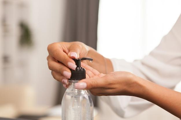 Женщина моет руки дезинфицирующим средством во время карантина.
