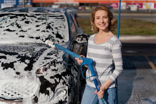 Donna che lava la sua macchina fuori
