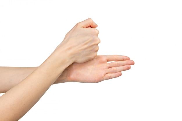 흰색 배경에 고립 된 그녀의 손을 씻는 여자