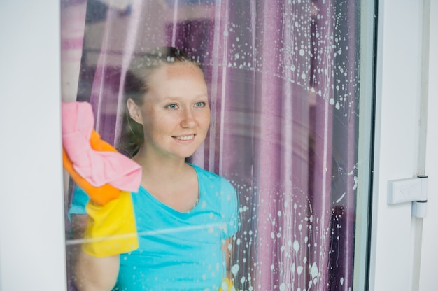 Женщина моет окна