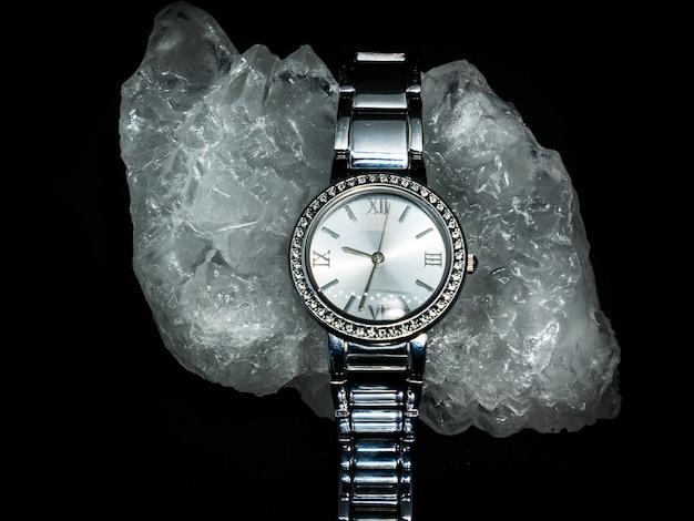 검은 배경에 다이아몬드 여자 시계