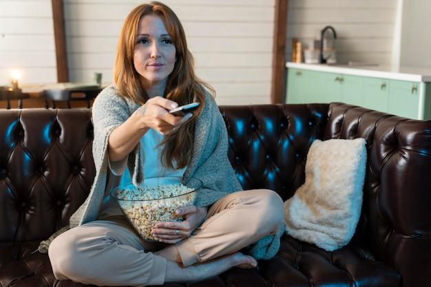 Женщина смотрит фильм на netflix