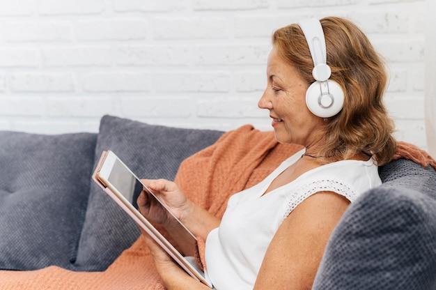 Женщина смотрит видео на планшете