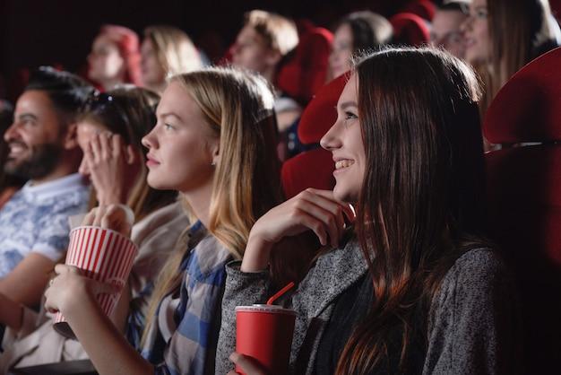 現代の映画館で映画を見ている女性。