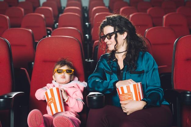 딸과 함께 영화를보고 여자
