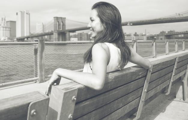 Женщина смотрит на горизонт нью-йорка