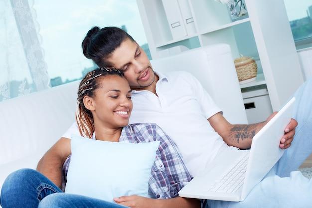 Женщина смотрит видео со своим парнем