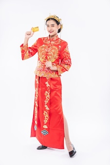 Woman wear cheongsam get the credit card from father to use in chinese new year