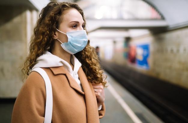 Женщина, носить маску для лица, защищать от заражения вирусом, пандемии, вспышки и эпидемии болезни в карантинном городе.
