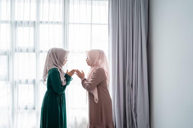 그녀의 친구를 만날 때 여자 착용 hijab 살람
