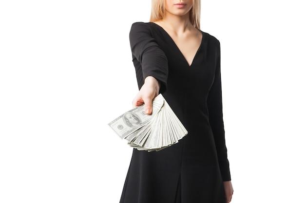 黒のドレスを着た女性がドルを語り、クローズアップ