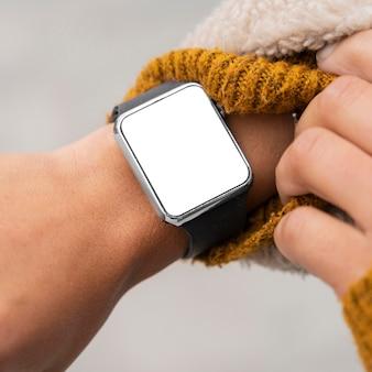 Женщина, носящая крупным планом пустой smartwatch