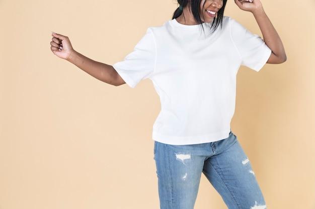 빈 흰색 티셔츠와 청바지를 입은 여자