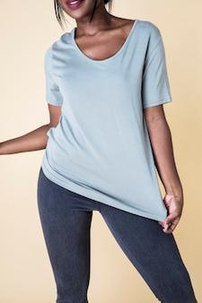 파란색 티셔츠를 입은 여성