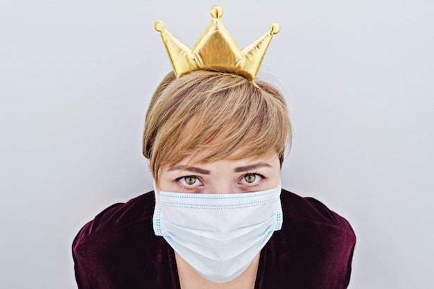 彼女の頭と防護マスクに冠をかぶった女性
