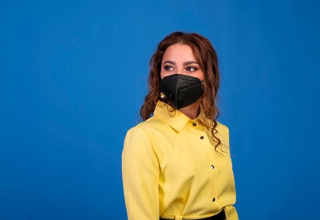 フェイスマスクを身に着けている女性。インフルエンザの流行、ウイルスに対する保護。
